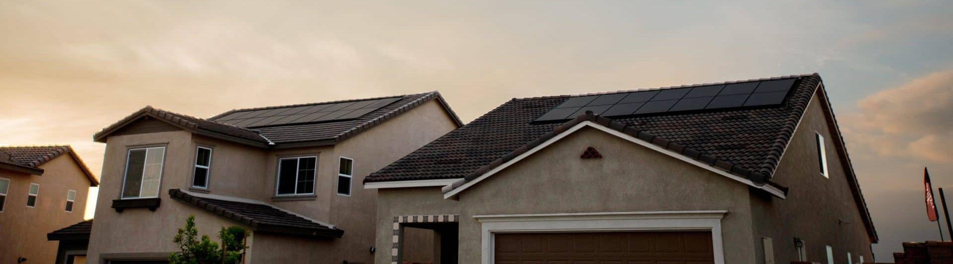 Panneaux solaires sur des toits